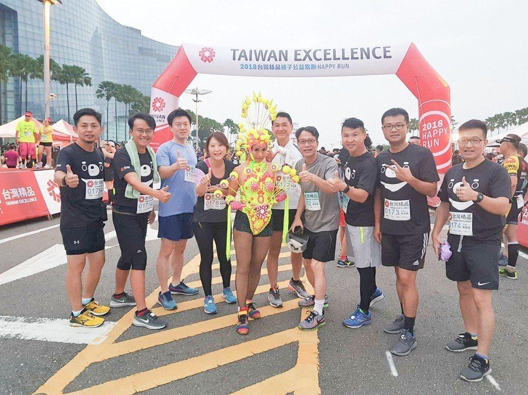 「小園小冶路跑社」參加台灣精品馬拉松。 圖片提供/李正聰