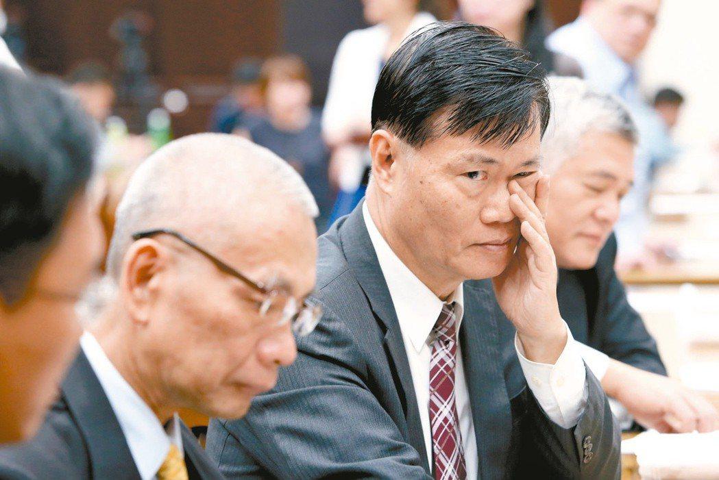 兆豐案疑涉洗錢案,前金管會主委丁克華(右二)請辭二次獲准。 圖/聯合報系資料照片