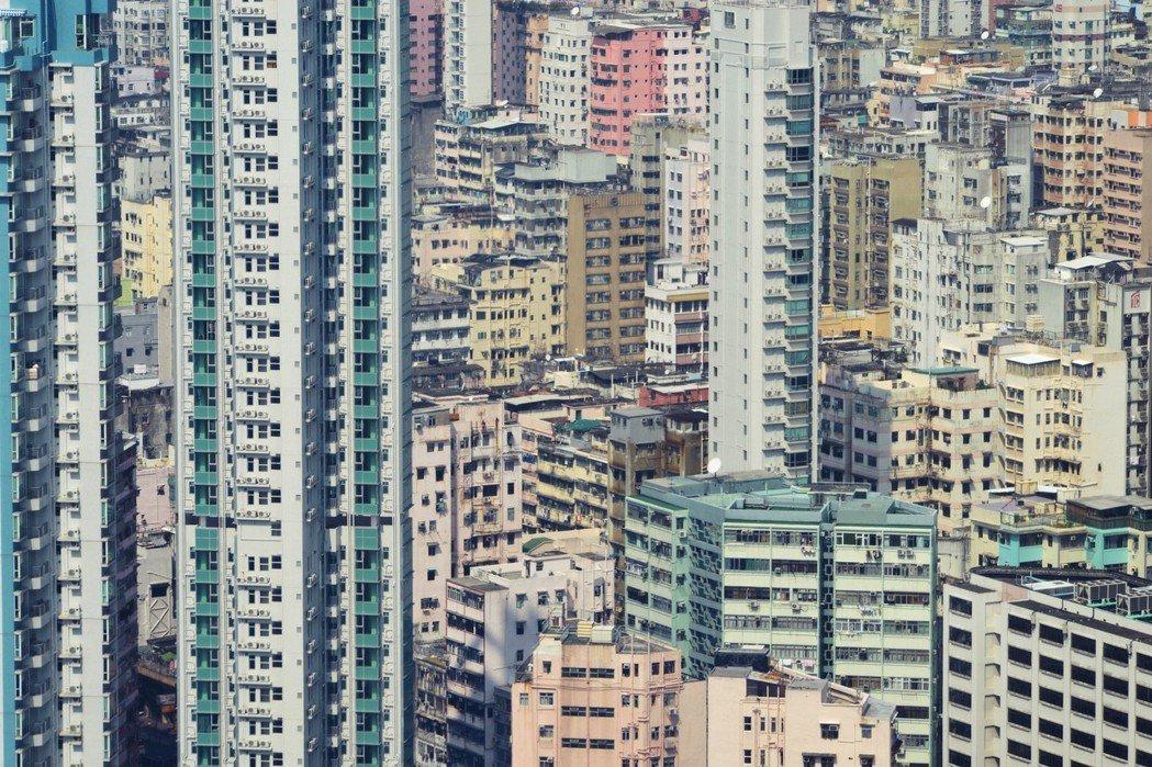 1960年代前,港英政府多半只在土地有限的港島、九龍填海施行住房計畫——今日香港...