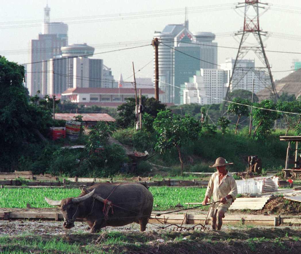港府終於在1970年代加速於新界開發新市鎮;但為了避免徵用新界原居民的村莊,港府...