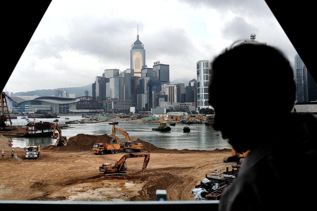 框金包銀打造出來的人工島,會不會又要變成另一個大白象工程呢?圖為香港維港周邊的填...