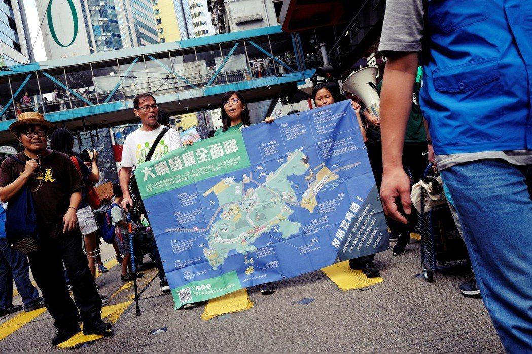 香港特區政府日前拋出「明日大嶼願景」,香港輿論一片譁然。圖為14日千名反對派的示...
