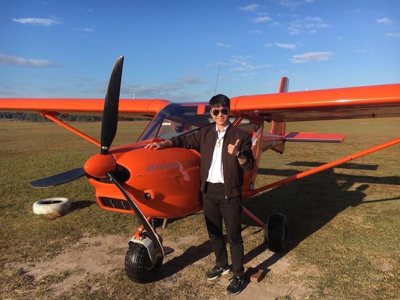 為了確定自己是否適合飛行,許碩哲憑藉英語口說能力,獨自飛往澳洲學習輕航機駕駛。(...