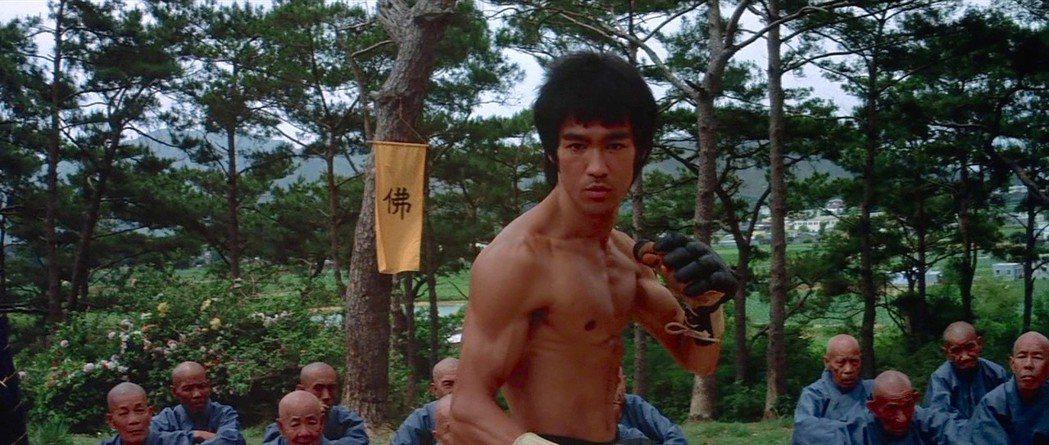 「新龍爭虎鬥」因在李小龍去世後才上映,引發台灣片商的惡鬥。圖/摘自imdb