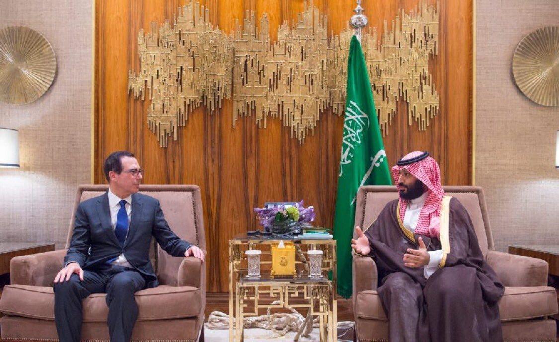 美國財政部長米努勤(左)22日在沙烏地阿拉伯會晤沙烏地王儲穆罕默德(右)。取自K...
