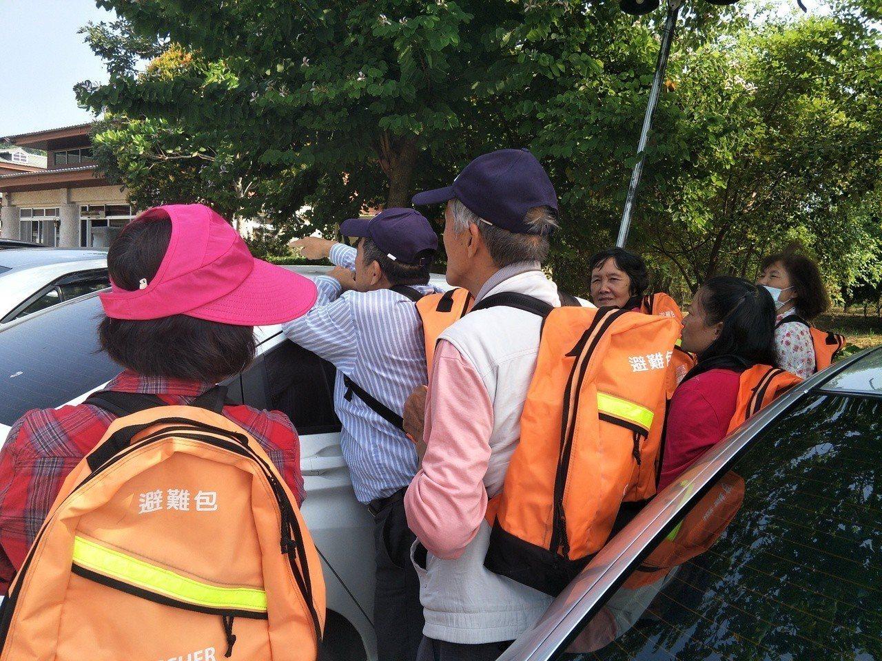 台南大內區頭社里居民參與緊急狀況避難。記者謝進盛/攝影
