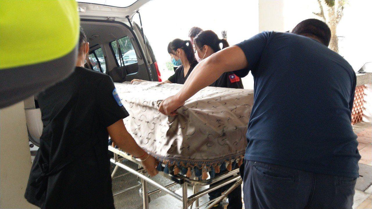 回家了!家屬把死者的遺體運回台東殯儀館。 記者戴永華/攝影