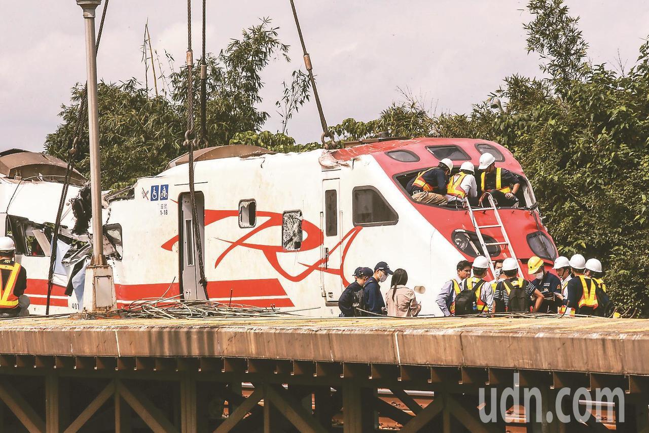 台鐵普悠瑪列車出軌造成18人死亡、190人受傷,作為車頭的第八節車廂昨天翻正後,...