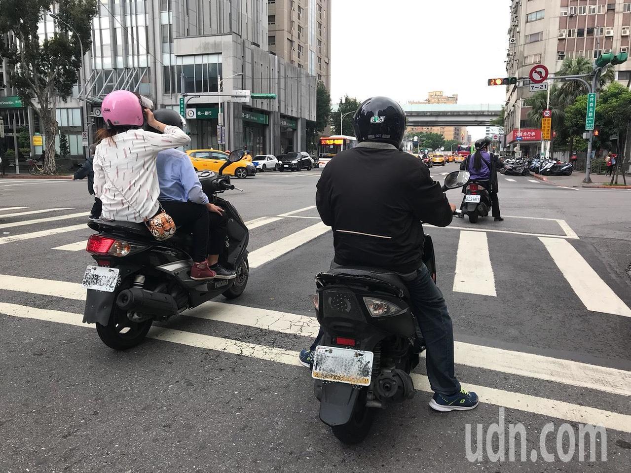 台灣機車族數量龐大,所產生出的廢氣亦使民眾易暴露於嚴重空汙之中。記者簡浩正/攝影