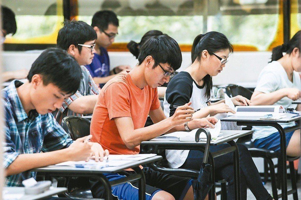 圖為去年第2梯次全國技術士技能檢定學科測試。報系資料照