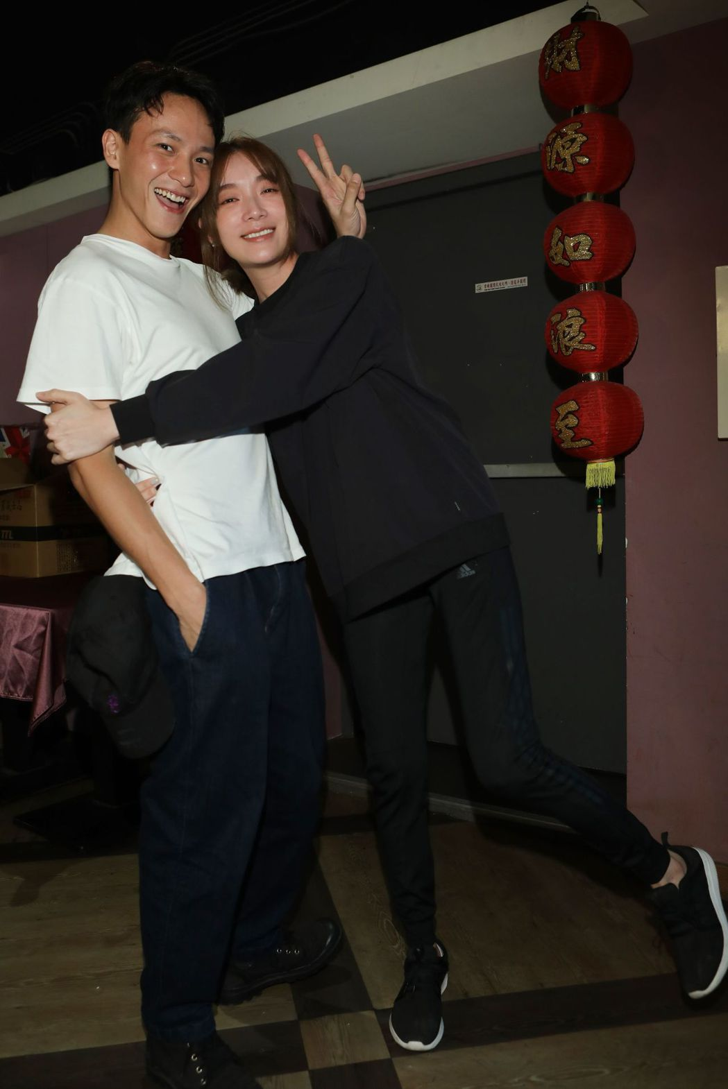 曹晏豪(左)與蔡淑臻第一次合作便上演親熱戲。圖/公視提供