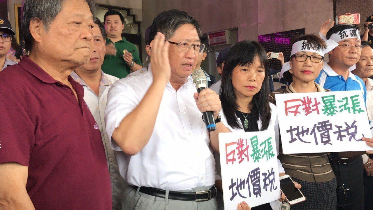 國民黨新竹縣長候選人楊文科也到場抗議,他也指出「反對暴漲地價稅」。記者郭政芬/攝...