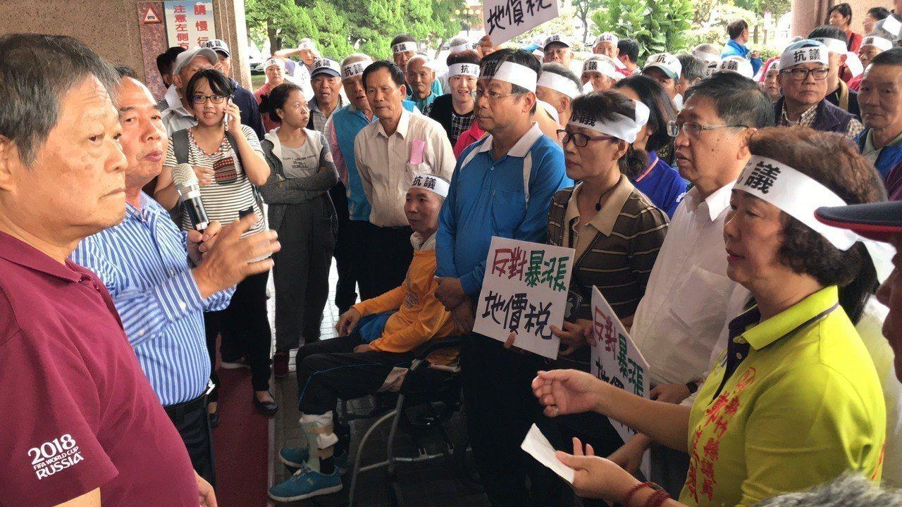 民眾更大喊「要縣長下來解釋」,現場約有五六十位的民眾聚集抗議。記者郭政芬/攝影