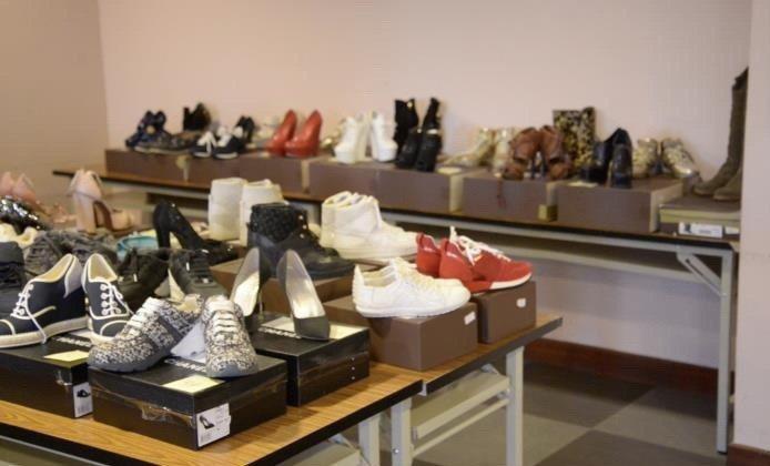 行政執行署拍賣「超跑女神」林思吟的高跟鞋。圖/行政執行署提供