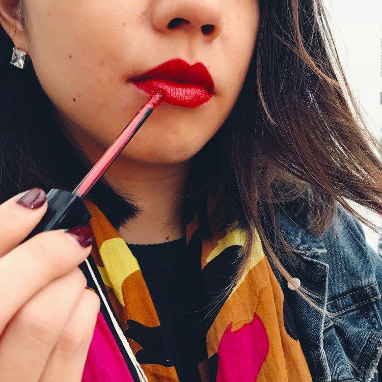 香奈兒超炫耀的絲絨唇膏紅色限定版#5混疊COCO水晶糖光透唇釉#812玻璃蜜糖。...