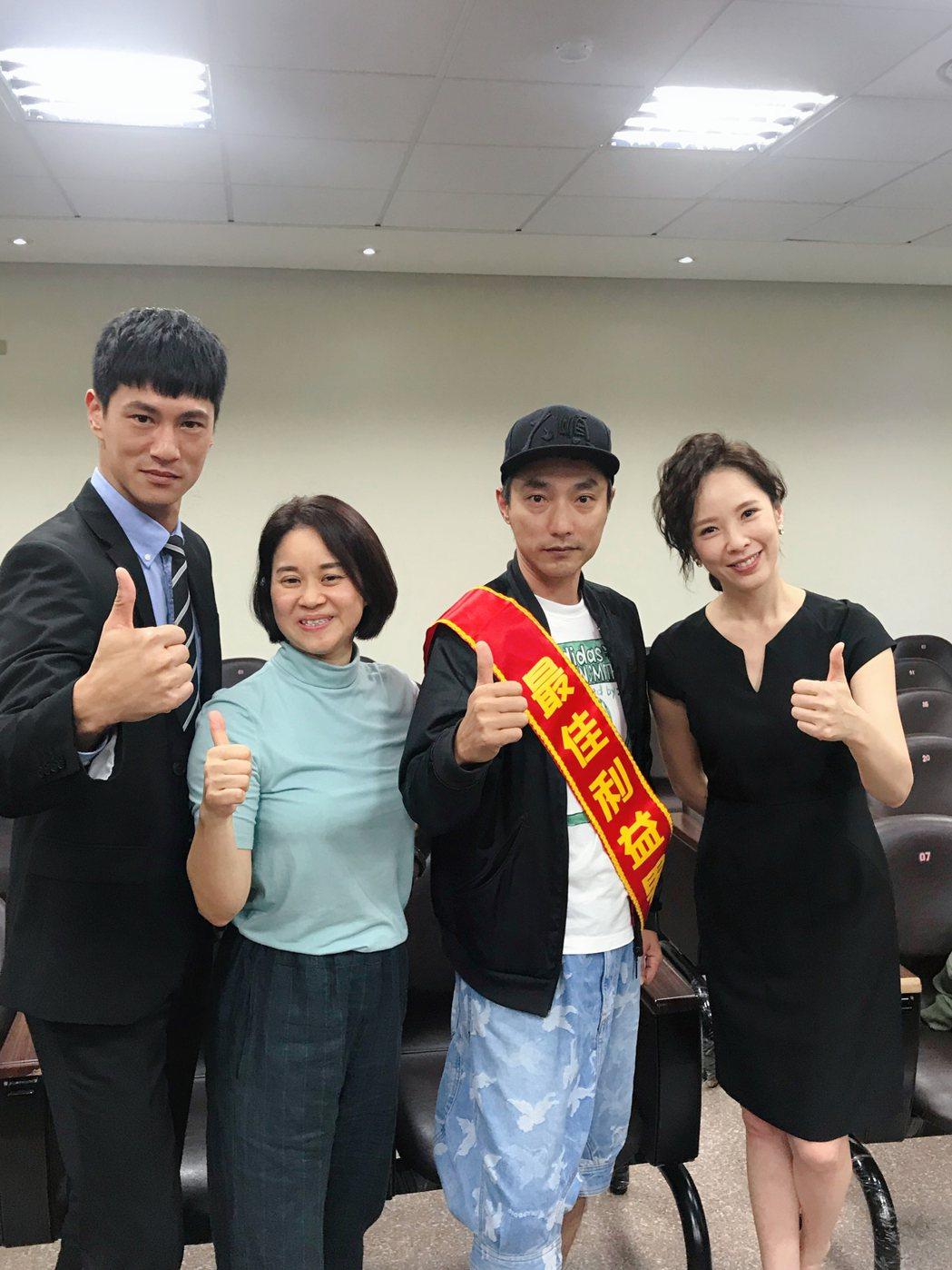 鍾承翰(左起)、製作人陳慧玲、導演林立書、天心拍攝期間感情深厚。圖/群之噰提供