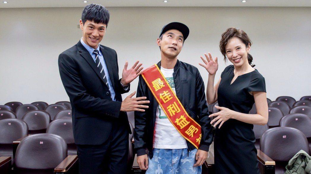天心(右起)、導演林立書、鍾承翰因拍攝「最佳利益」培養出深厚情誼。圖/群之噰提供