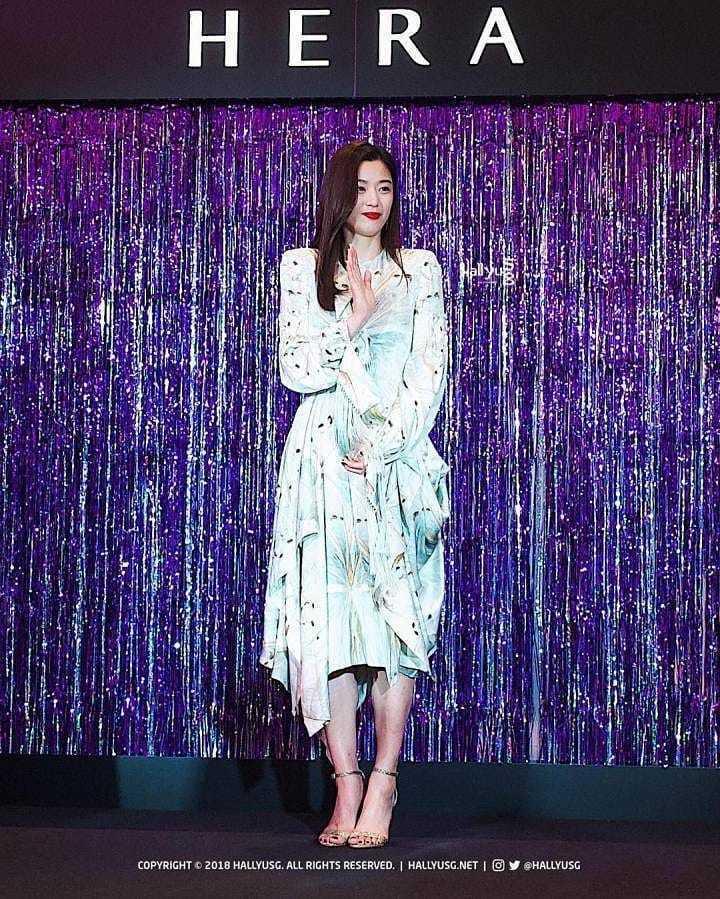 全智賢出席HERA品牌活動時身穿Alexander McQueen秋冬洋裝。圖/...