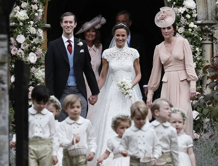 凱特王子妃在妹妹的婚禮上穿了玫瑰裸粉色的Alexander McQueen洋裝。...