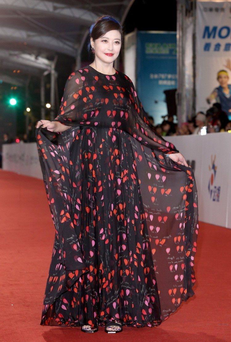 周海媚參與金鐘獎穿的也是從衣櫃中翻出來的Alexander McQueen洋裝。...