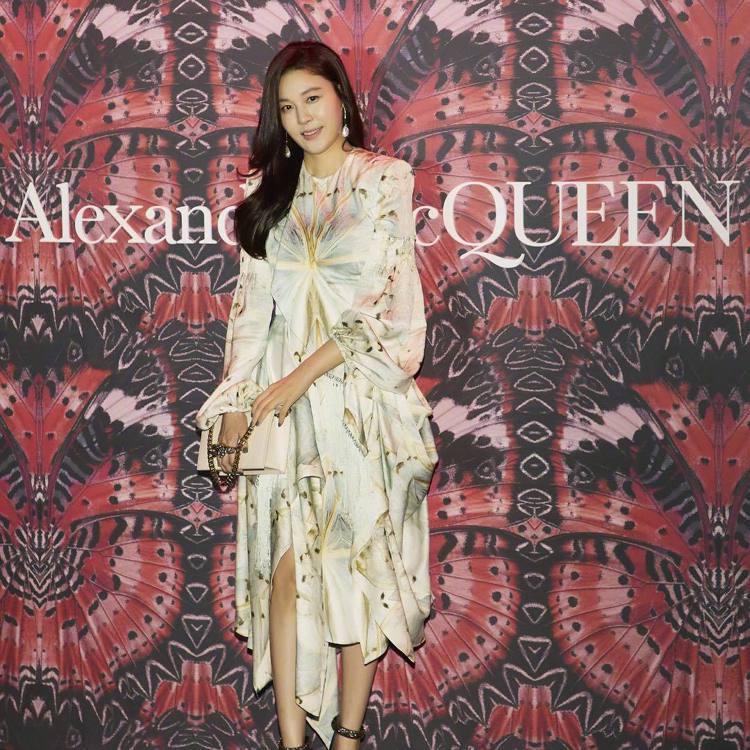 金荷娜和全智賢撞衫,在Alexander McQueen的首爾活動上穿了同款秋冬...
