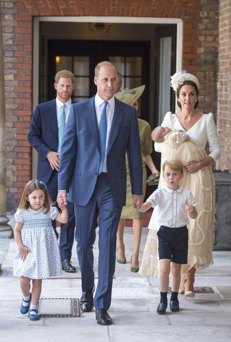 凱特王子妃在路易小王子受洗儀式中身穿優雅的Alexander McQueen洋裝...
