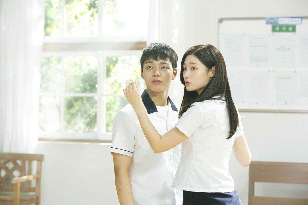 呂珍九在「重逢的世界」中飾演 19歲高中生。圖/東森戲劇台提供