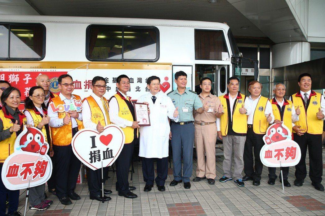 普悠瑪列車翻車意外讓許多人捐出熱血,三軍總醫院與血液基金會合作,捐血車固定每三個...