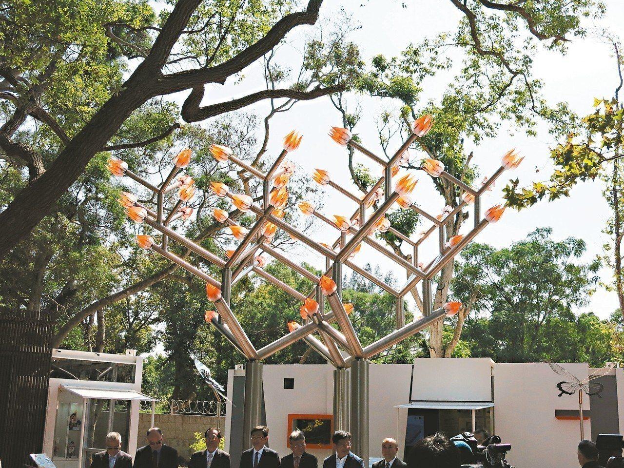一座高5.2公尺、會開智慧機械花的台中精機意象樹,展現出機械與花卉的力與美。 記...