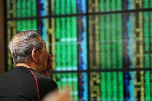 受到美股走弱與地緣政治風險等因素衝擊,歐、亞主要股市昨天全盤皆墨,台北股市大跌一...