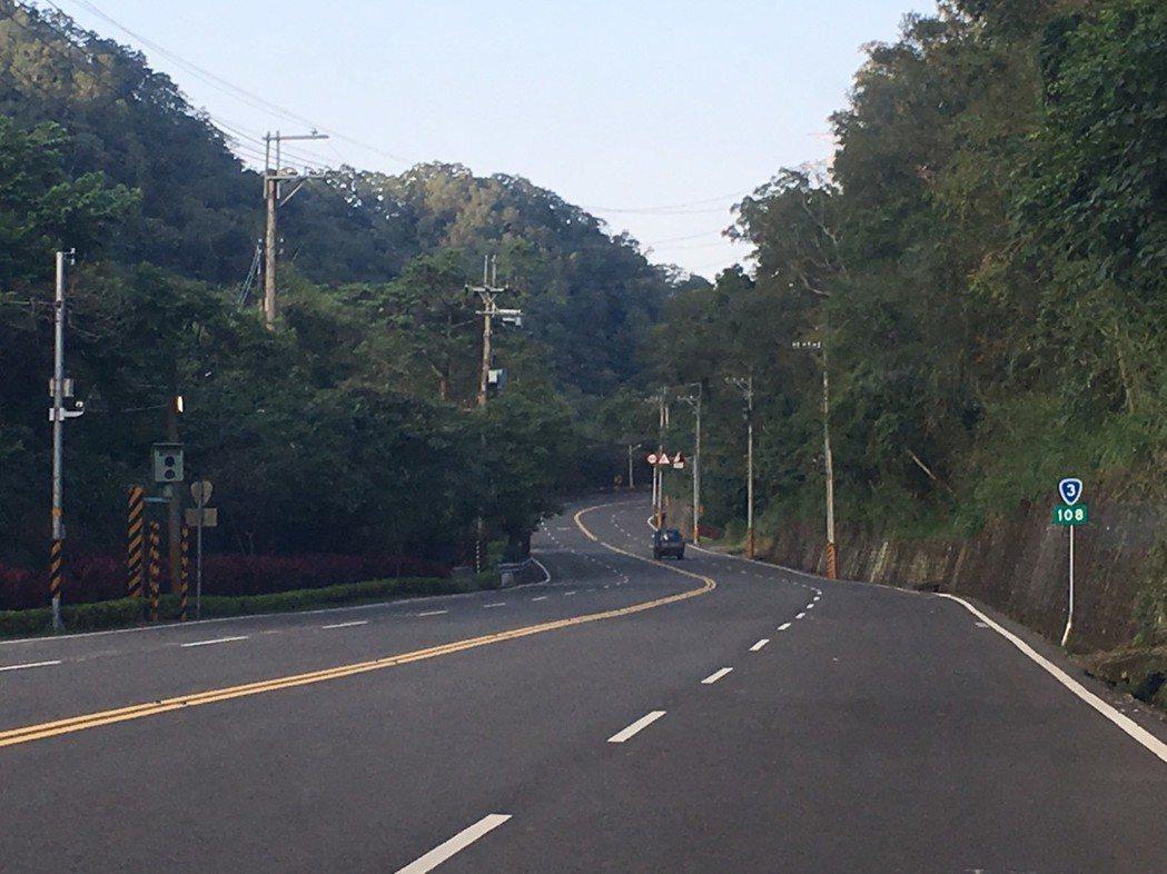 省道台三線一百零八公里南下路段的測照桿,因下坡後道路寬廣筆直,駕駛人未注意即容易...