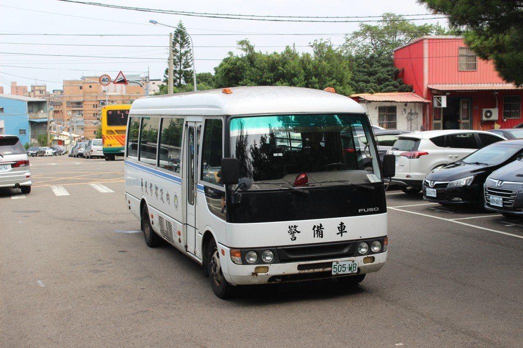 新竹收容所警備車昨天護送最後一批越南籍偷渡客到機場。 記者張雅婷/攝影