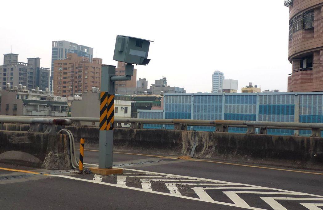 高雄市左營區文川路匝道上大中高架橋的測速照相機,是高雄今年一至九月取締第一名。 ...
