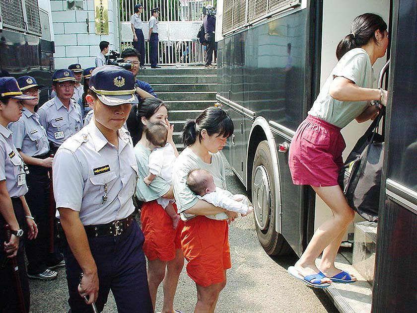 女偷渡客抱著在台生下的嬰兒,踏上返鄉之路。 圖/聯合報系資料照片