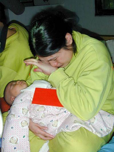 女偷渡客思鄉心切,抱著剛出生的稚子,泣不成聲。 圖/聯合報系資料照片