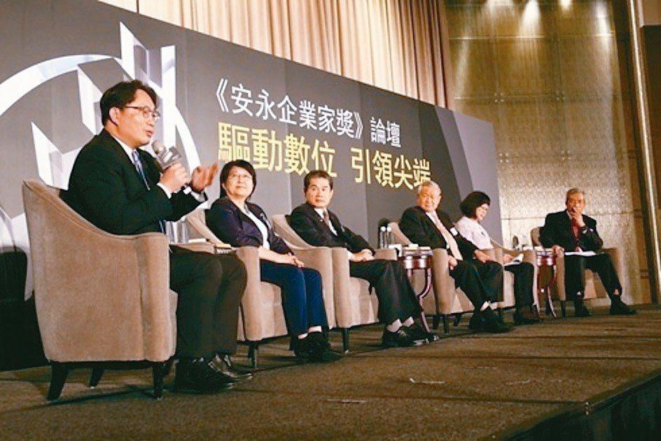 東遠精技董事長陳東欽(左三)榮獲2018《安永企業家獎》。 東遠/提供