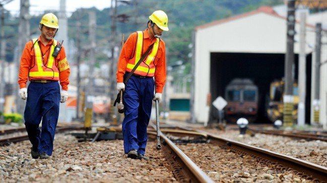 台鐵人員巡邏養護鐵道。 報系資料照