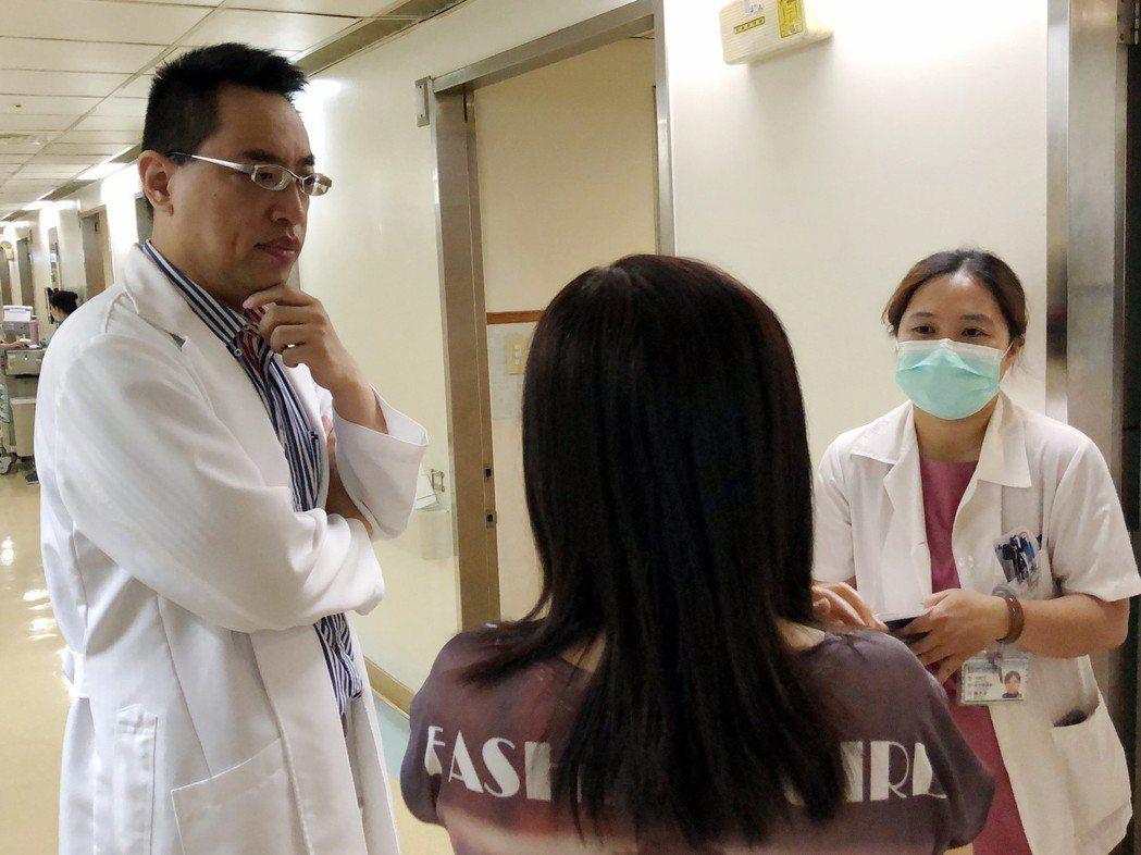 光田綜合醫院神經內科主任楊鈞百(左)和患者討論症狀。 光田醫院/提供。
