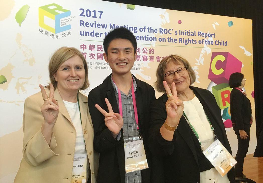 高二那一年,林宗洧(中)爭取成為《兒童權利公約》國家報告國際審查會議的兒少代表。...