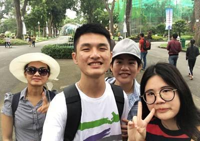 林宗洧(左二)跟著媽媽回越南,和家人一起去西貢動植物園參觀。圖/林宗洧提供