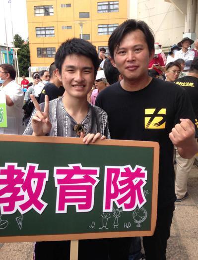 林宗洧(左)知道,希望促成改變,最大的責任是自己。圖為林宗洧參加918反空汙遊行...