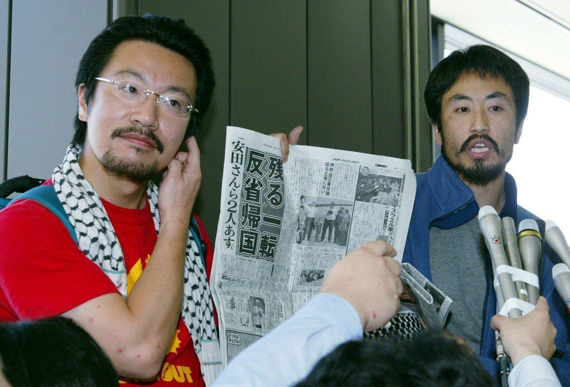 安田純平(右)在2004年時,從伊拉克平安獲釋歸國。 圖/路透社