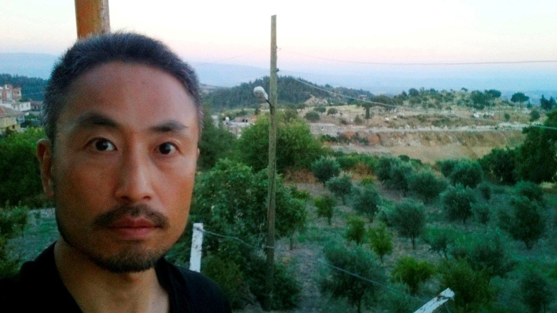 現年44歲的安田純平是日本自由記者,2015年6月時為採訪敘利亞內戰,與敘利亞的...