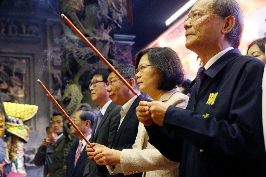 圖為2017年蔡英文總統偕台北市長柯文哲至台北關渡宮參拜。 圖/聯合報系資料照