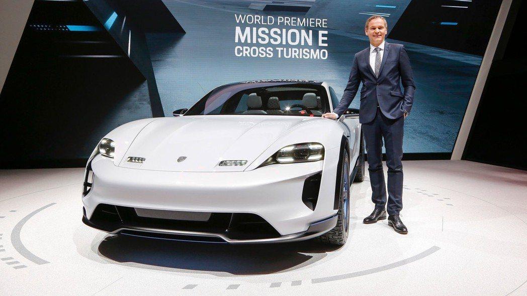 於今年日內瓦車展上正式亮相的Porsche Mission E Cross Tu...