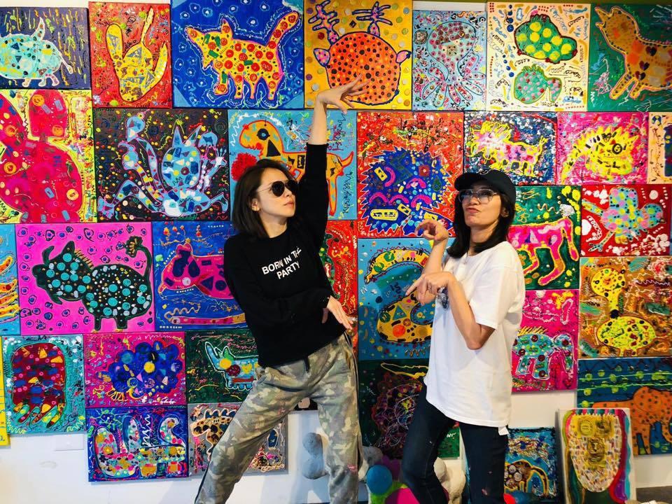 徐若瑄(左)與賈靜雯(右)趁小孩上課時搞怪拍照。 圖/擷自徐若瑄臉書