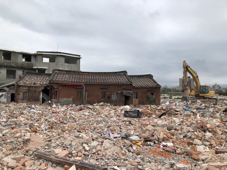 洲美郭家古厝被拆,當事人表示:「就差那麼一秒,我在這頭揮手衝過去,已經來不及了…...