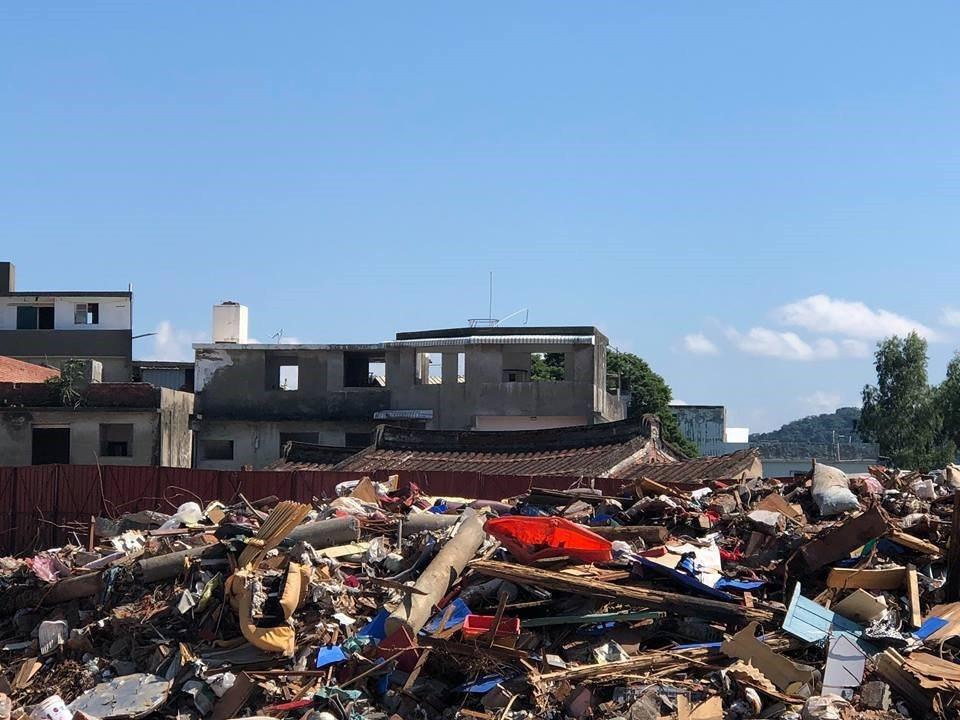 郭亙富匠師的倉庫就在古厝附近,也無預警的被「天賜良機」拆除,無形文化財需要政府介入搶救,但至今文化局不聞不問。 圖/郭琬琤提供