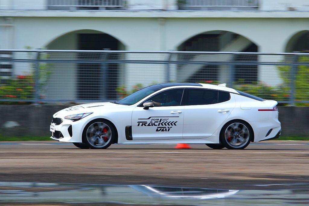 縱使Kia Stinger車頭指向性明確,但車速一快長軸距設定及重心位移問題就會慢慢浮現。 記者張振群/攝影