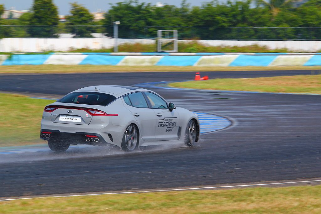 Kia Stinger 3.3 GT AWD展現優越的靈活可控性,縱使在濕滑路面...